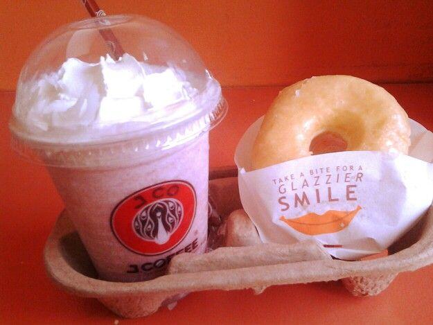 Strawberry Yogurt with free donut @ J.CO Donuts