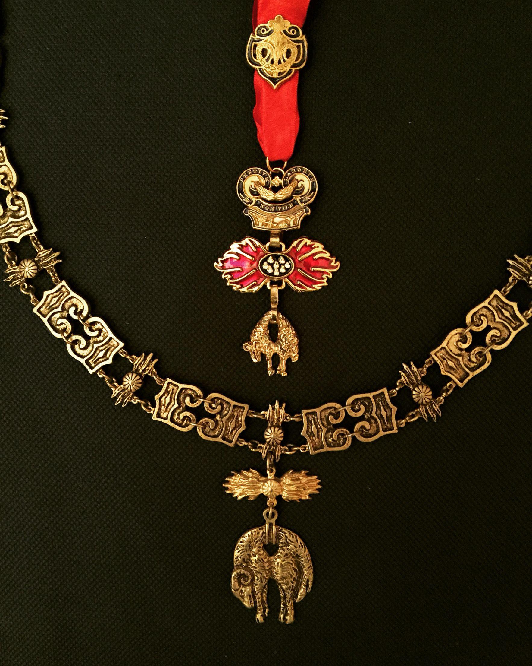 Der Orden vom Goldenen Vlies ist ein 1430 gegründeter Ritterorden, also eine nach dem Vorbild der Mönchsorden gebildete Gemeinschaft von Rittern. Später wurde eine Zugehörigkeit immer mehr zu einem vom Kaiser verliehenen Privileg als Belohnung für Verdienste