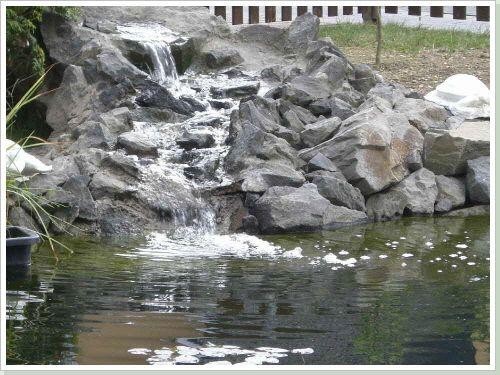 Mit Einem Wasserfall Kann Man Einen Gartenteich Oder Schwimmteich Beleben.  Planen Und Bau Von Wasserfälle