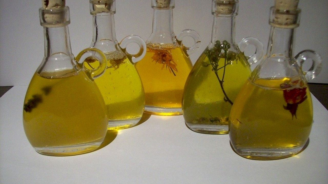 افضل زيت لتنعيم الشعر Natural Herbal Oil Herbal Oil Essential Oils