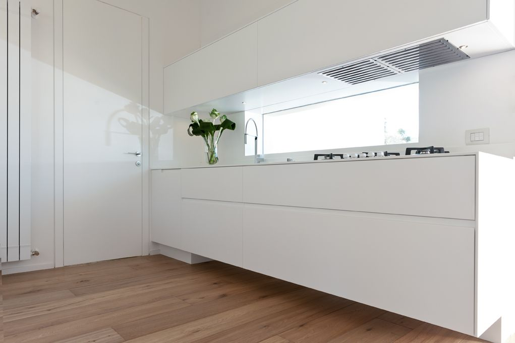 Porta interna con telaio filo muro e blocco cucina sospeso, finitura ...