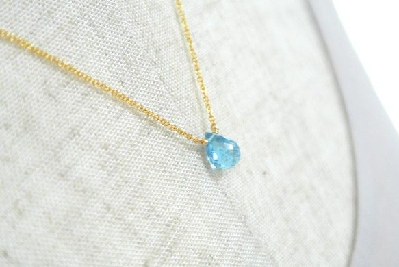 スイスブルートパーズ(連結)のネックレスです。 クオリティの高い宝石質の天然石を使用しております。お色みは、透明感のある鮮やかなブルーです。澄みきった空色が、...|ハンドメイド、手作り、手仕事品の通販・販売・購入ならCreema。