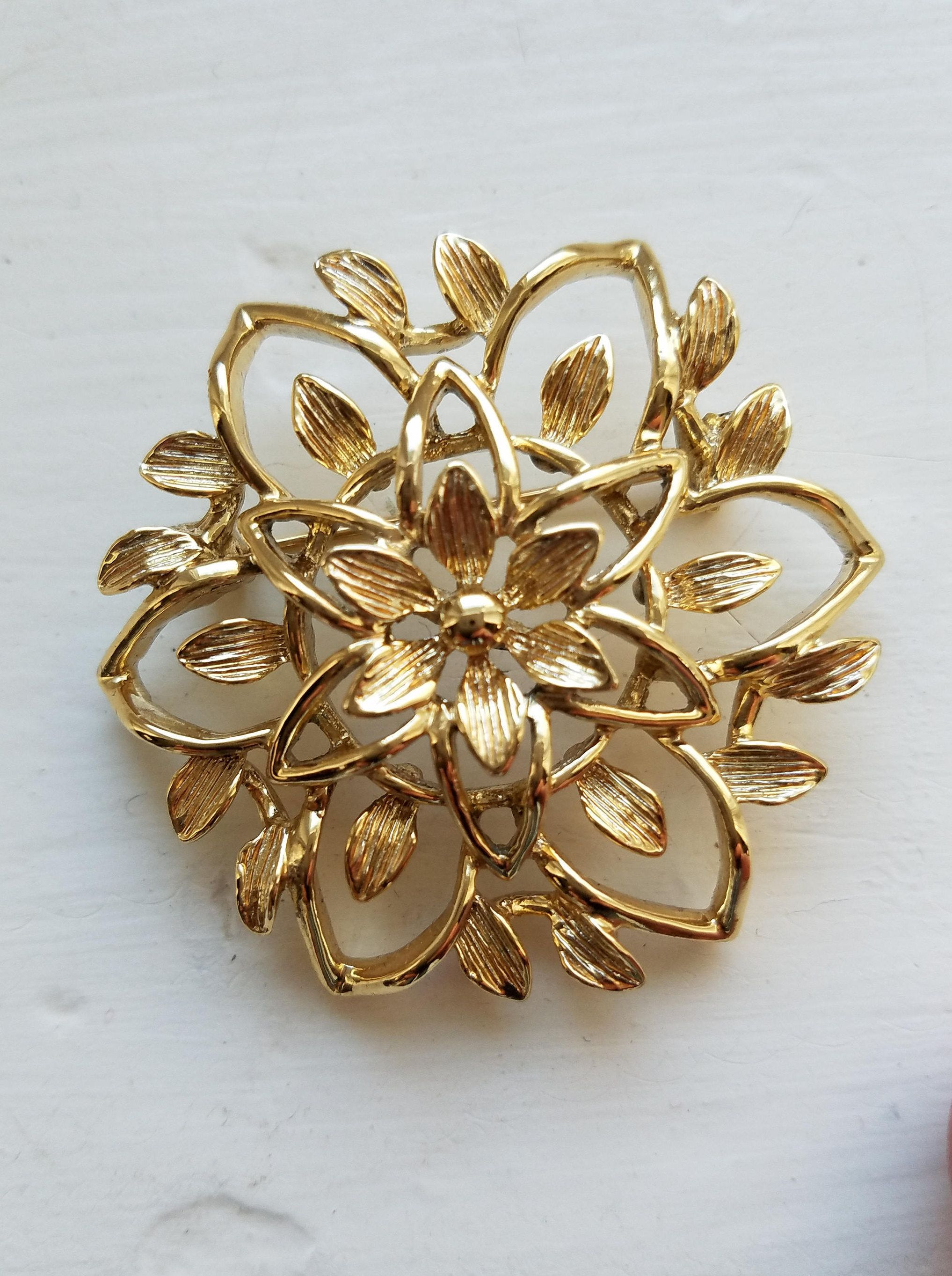 Vintage sarah coventry petalure gold star brooch with brushed gold