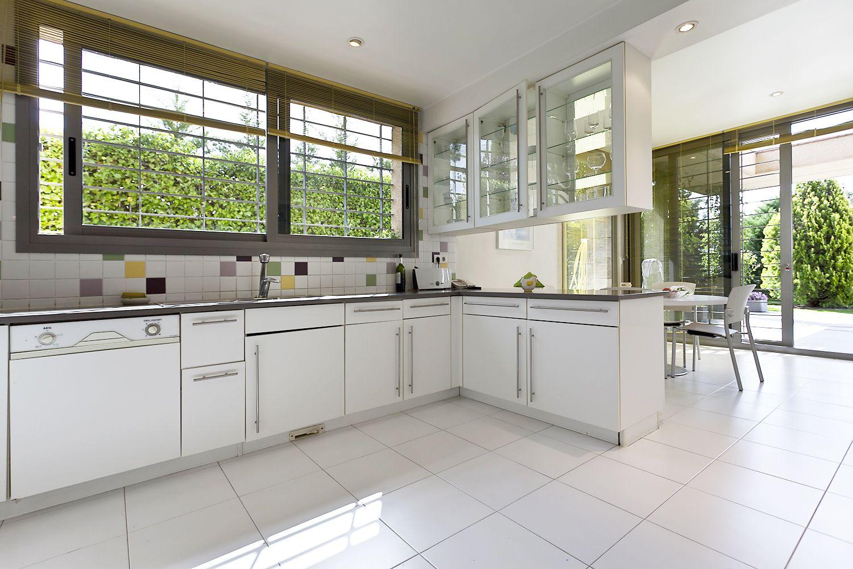 La cocina cuenta con unos grandes ventanales y alicatado de colores ...