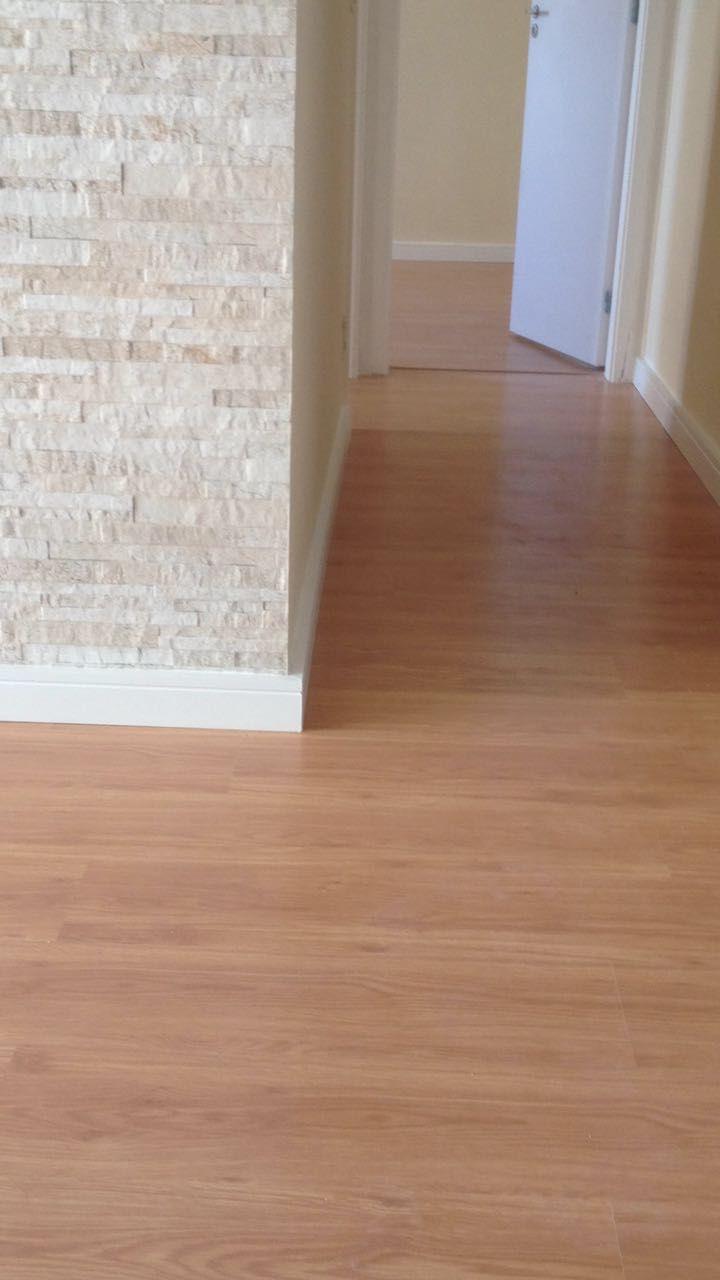 Sala Com Piso Laminado Com Rodap Branco Revestimento Estilo  -> Piso Parede Sala