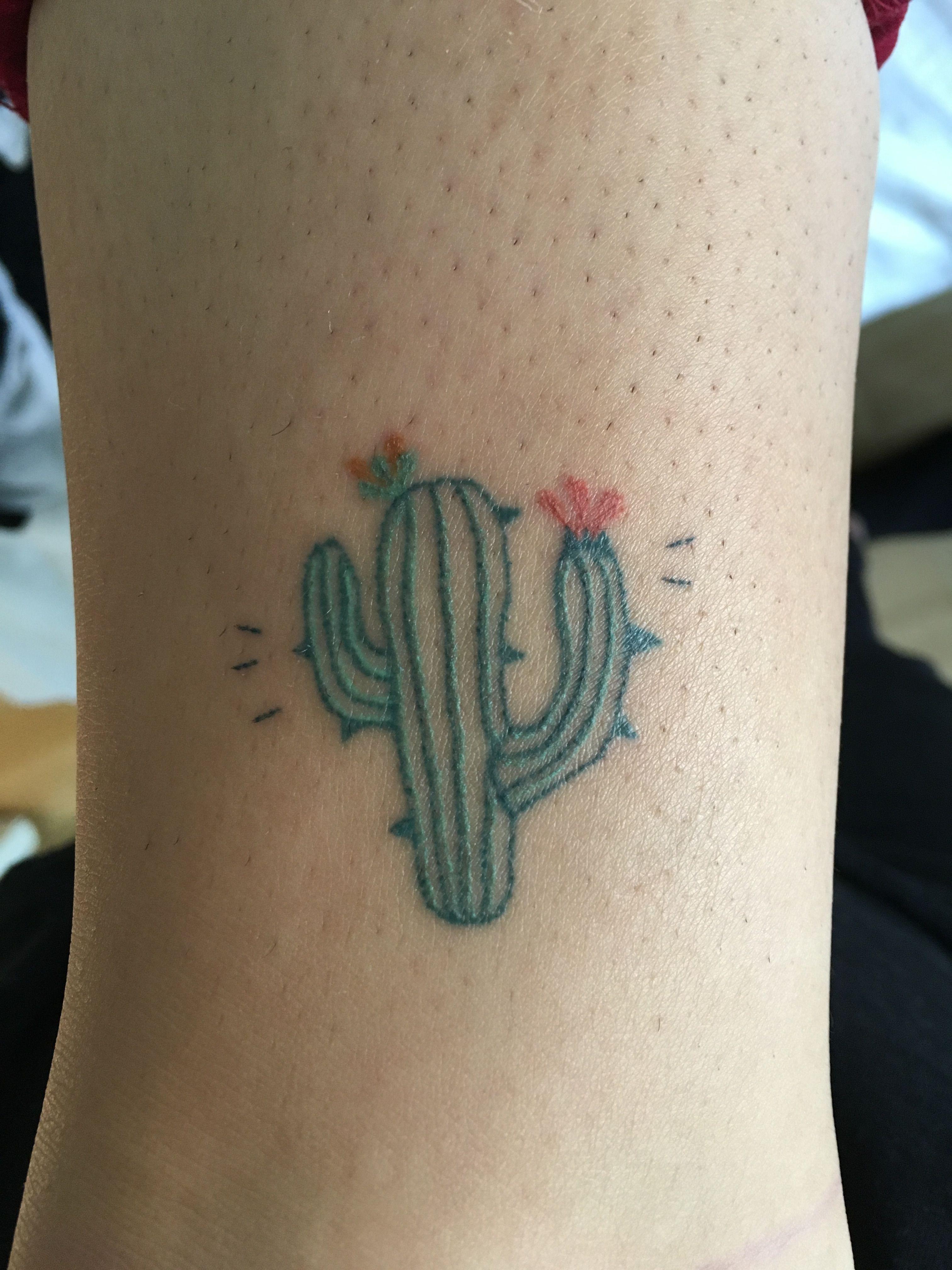 Little cactus stick and poke tattoo teektura ewa for Minimalista significado