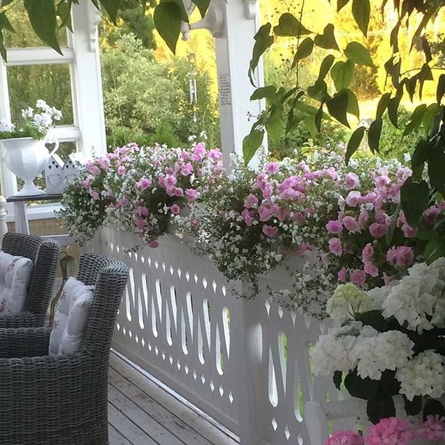 Buon pomeriggio …    per la serie meravigliosi outdoors e giardini, oggi vi lascio le immagini della meravigliosa casa di Ingela, ...