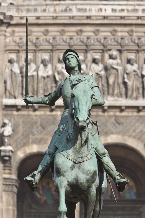Paris, où Jeanne d'Arc tenta une offensive le 8 septembre 1429 pour reprendre la ville aux Anglais. Place Saint Augustin (8ème arrondissement, statue de Jeanne d'Arc en bronze réalisée par le sculpteur français Paul Dubois en 1895 et érigée place Saint-Augustin en 1900. #paris #jeannedarc