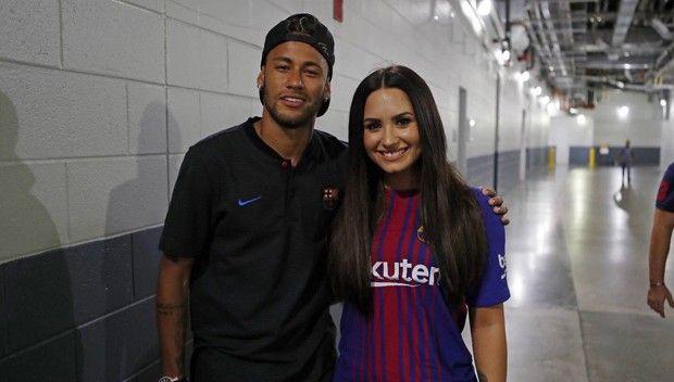 Após troca de mensagens, Neymar posa com Demi Lovato #Atriz, #Cantora, #Clipe, #Fotos, #Gente, #Instagram, #Mundo, #Noticias, #Sucesso http://popzone.tv/2017/07/apos-troca-de-mensagens-neymar-posa-com-demi-lovato.html