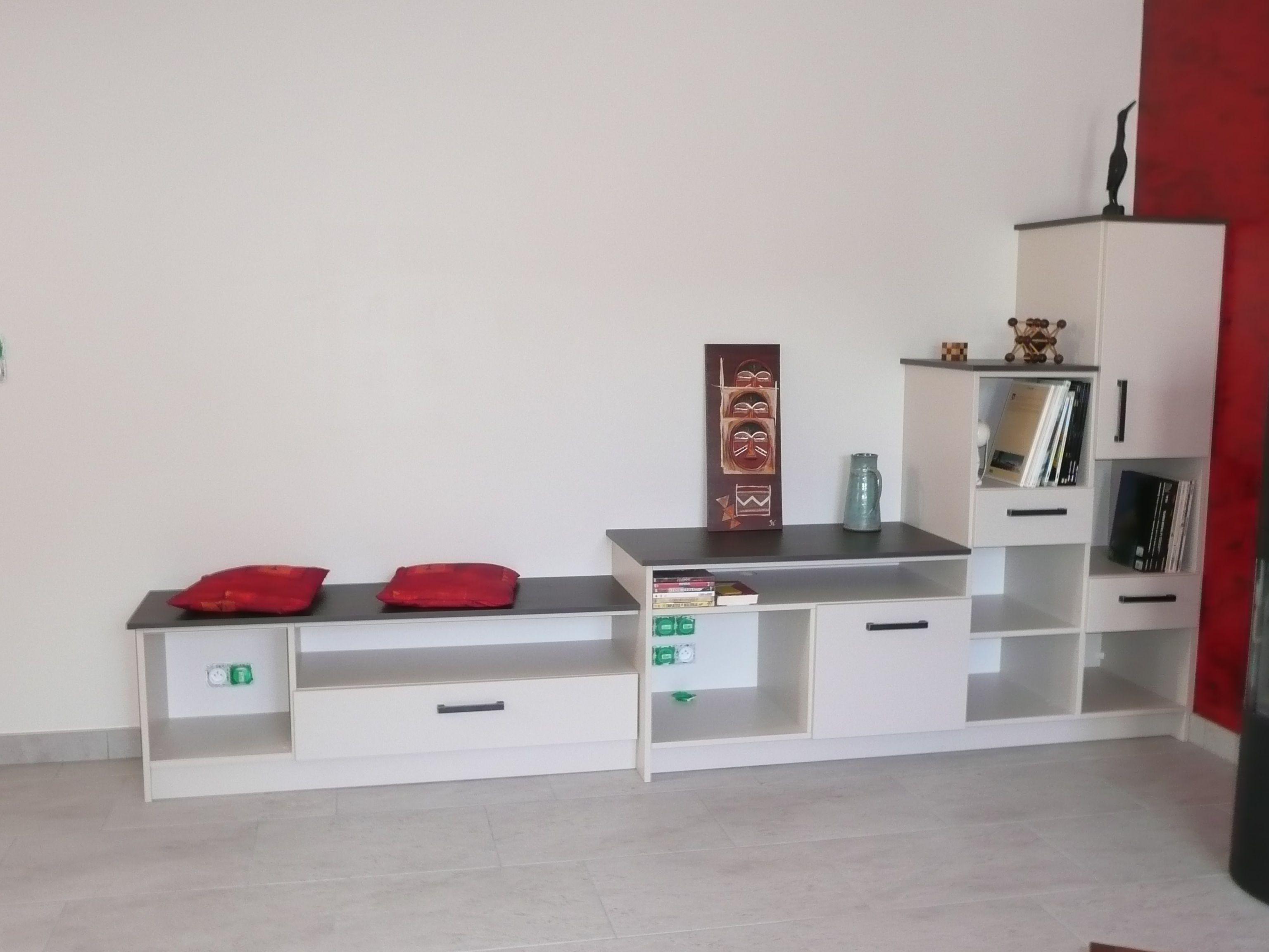 Petit meuble bas de salon avec placards et tiroirs avec possibilité
