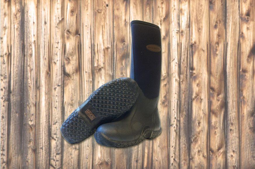Muckboot Tack Classic is dé laars voor alle outdoor activiteiten én paardrijden. Deze laarzen hebben een verstevigde top en hiel. Stretch bij de kuiten voor een perfecte pasvorm en een schokdempende hiel. Voor extra isolatie zit er bij deze laars een verwijderbare schokdempende inlegzool bij. Ook deze laars heeft achillesbescherming en is uitgevoerd in airmesh, evacueert vocht, koelt af en houdt de voet gezond