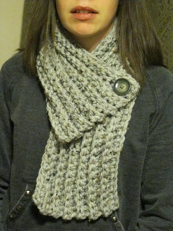 Ähnliche Artikel wie Crocheted Chunky Cowl Scarf with button in light gray marble and gray button auf Etsy