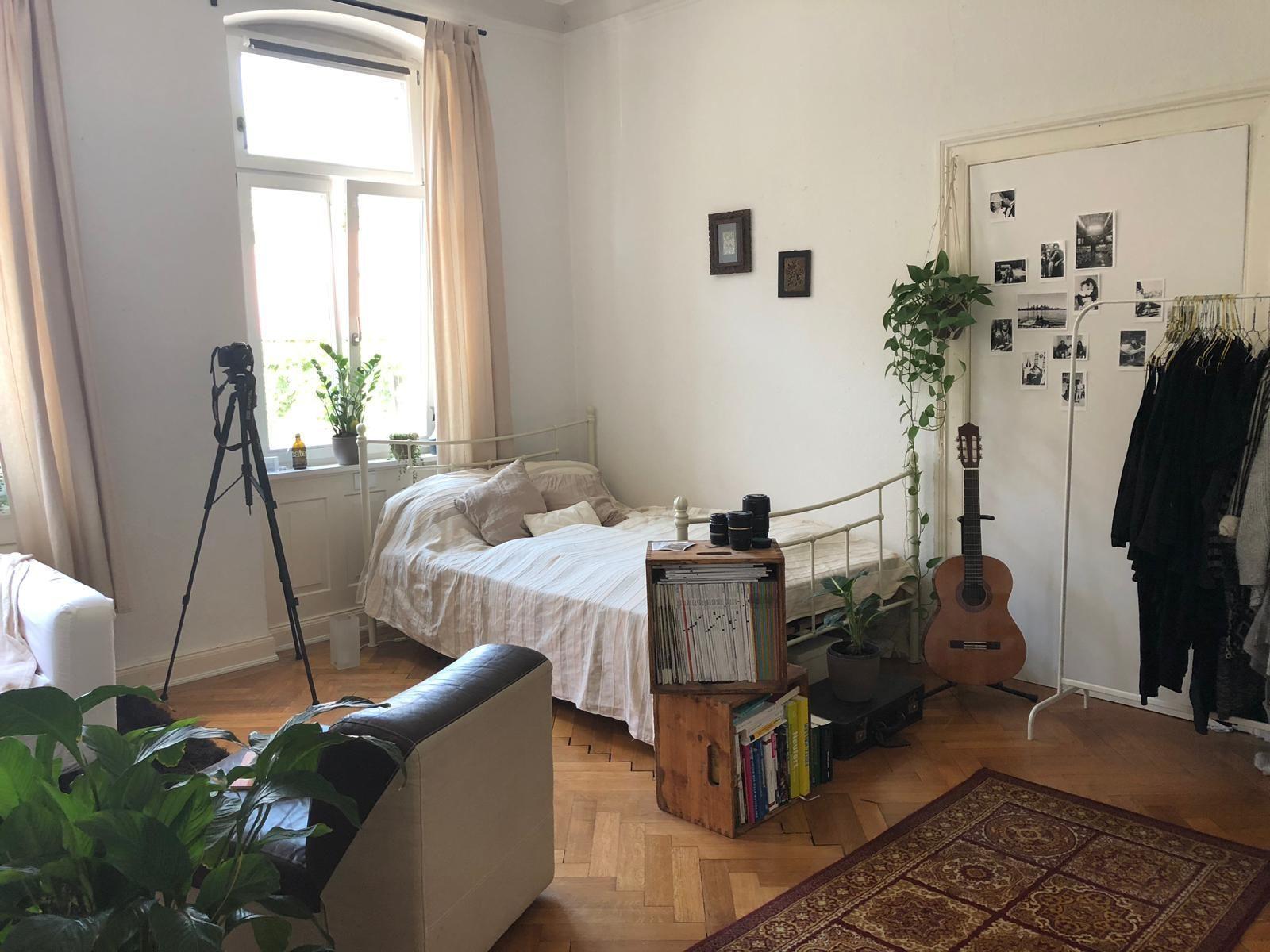 Schönes, helles und grünes Zimmer in einer Altbau-WG  Reduzierte Einrichtung, ... - #aesthetic room white