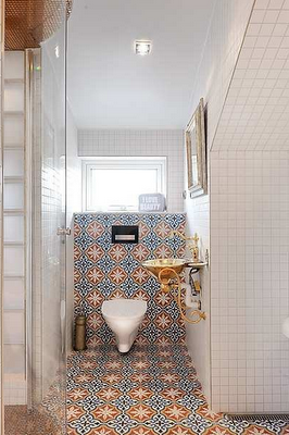 Contemporary Moroccan Bathroom Moroccan Floor And Wall Tiles As The Feature In An All White Bathroom Bano Marroqui Decoracion Banos Banos