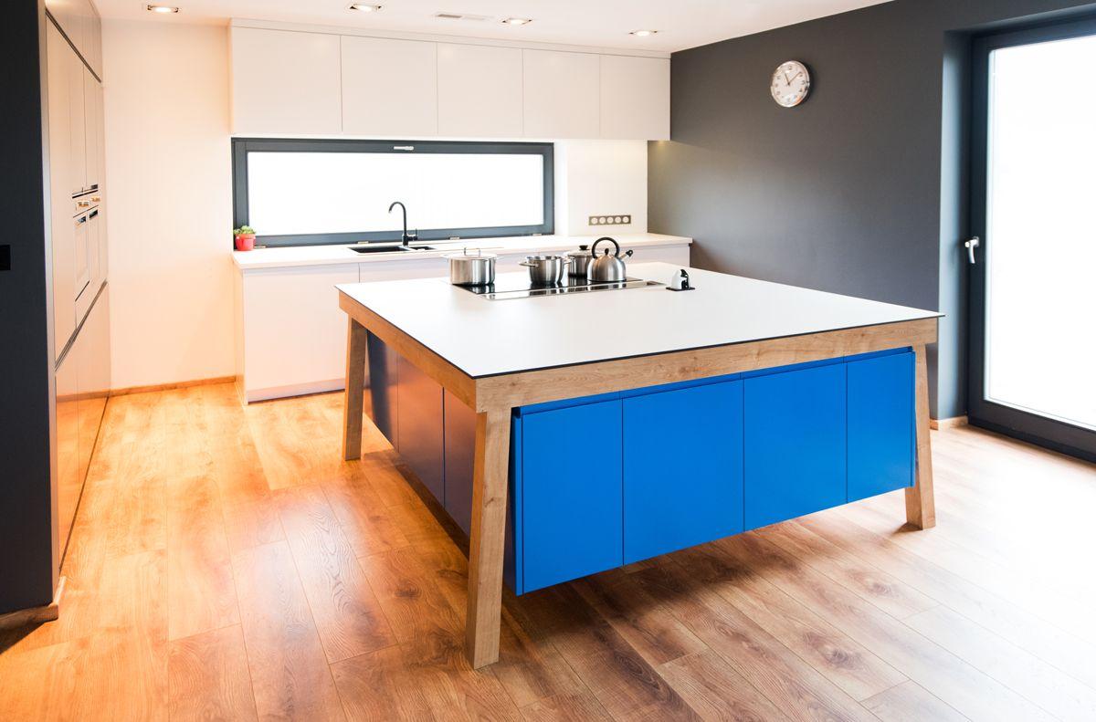 Kuchnia Z Asymetryczna Wyspa W Kolorze Niebieskim Asymetryczna Wyspa Niebieska Kitchen Island Asymmetric Home Decor Home Decor