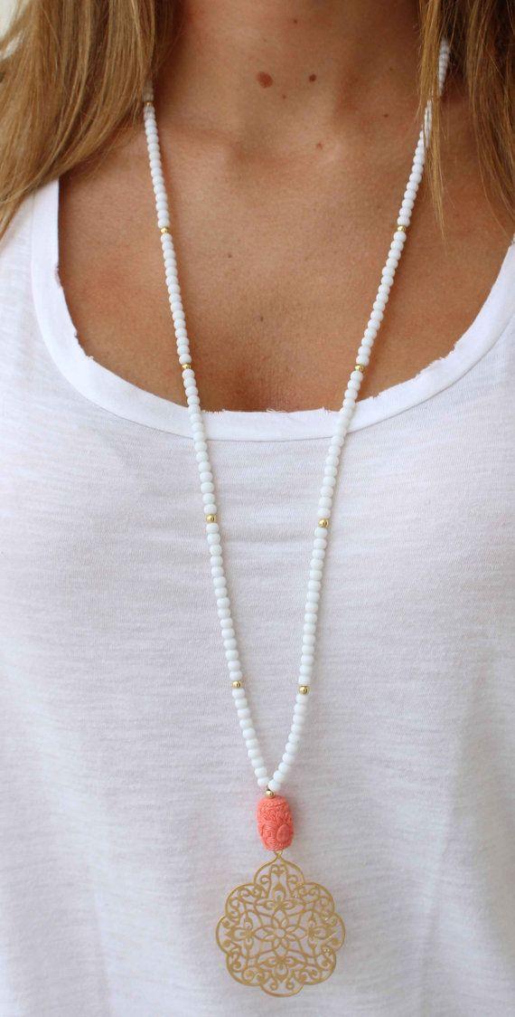 Long charme collier - corail et blanc collier de perles - Bohemian collier - été