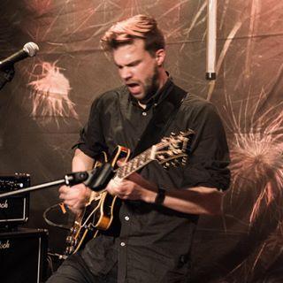 Michel Spahr w. James Gruntz & Band #flashback #michelspahr #livemusicphotography #guitar #sparklingenergy #jamesgruntz #swissmusician #swissmusic