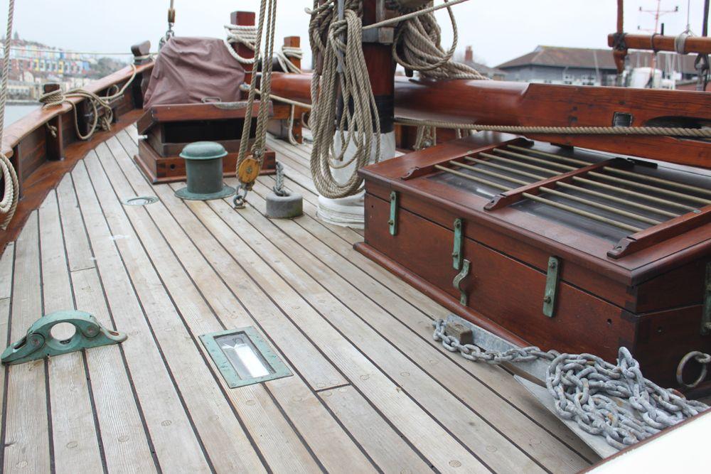 фото старых деревянных яхт часть течения проходит