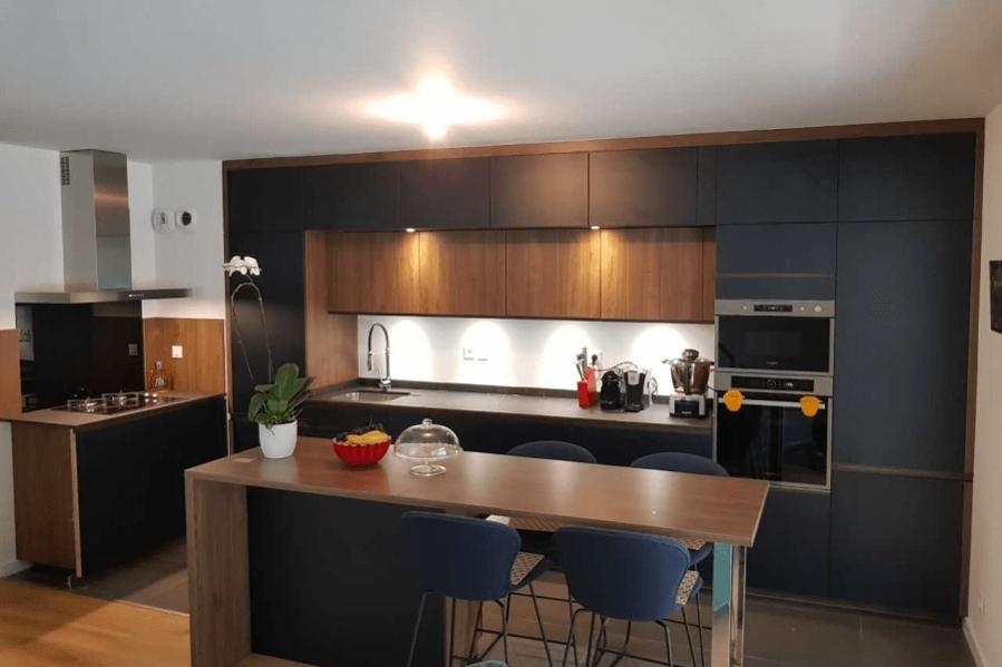 Jolie Cuisine Noire Mat Et Bois Foncee Une Association De Caractere Renforc Cuisine Design Kitchen Decor White Modern Kitchen
