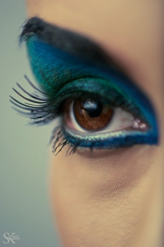 Looks like a peacock on her eye<3