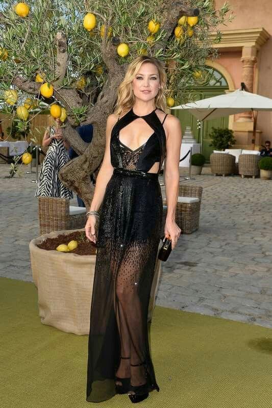 Muy sensual encontramos a Kate Hudson en la fiesta de la fundación de  Leonardo DiCaprio con un vestido de escote abierto y transparencias de  Julien ... 3a174fc2a891