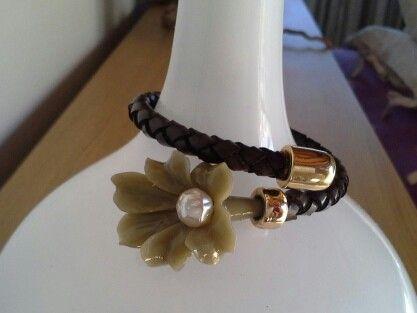 """Pulsera de cuero trenzado en color chocolate y terminal """"flor"""""""