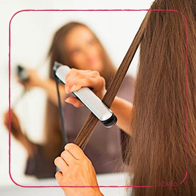 Meninas, nada de fazer chapinha com os fios molhados! Além de o processo demorar mais, os danos são maiores e os cabelos podem queimar com facilidade. www.fikbella.com.br