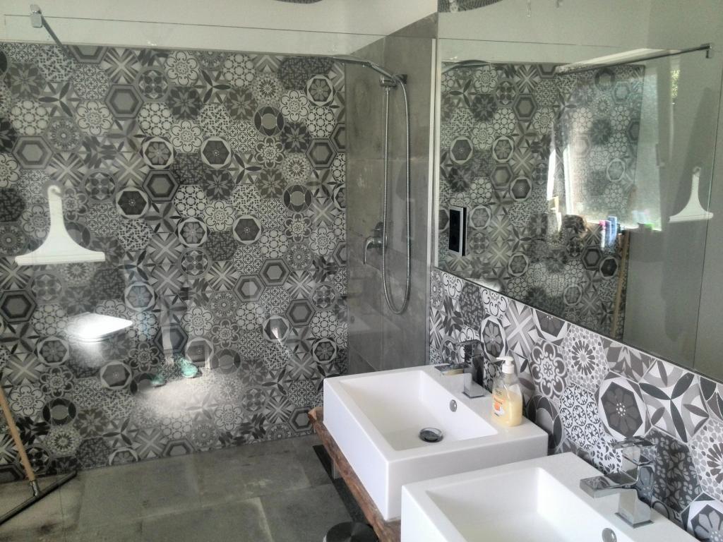 Glaswände Bad stylisches modernes bad mit schwarz weißer muster wand und großer
