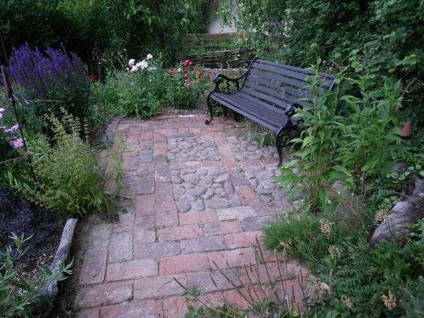 sitzplatz aus alten feld- und mauerziegeln   garten   pinterest, Garten ideen gestaltung