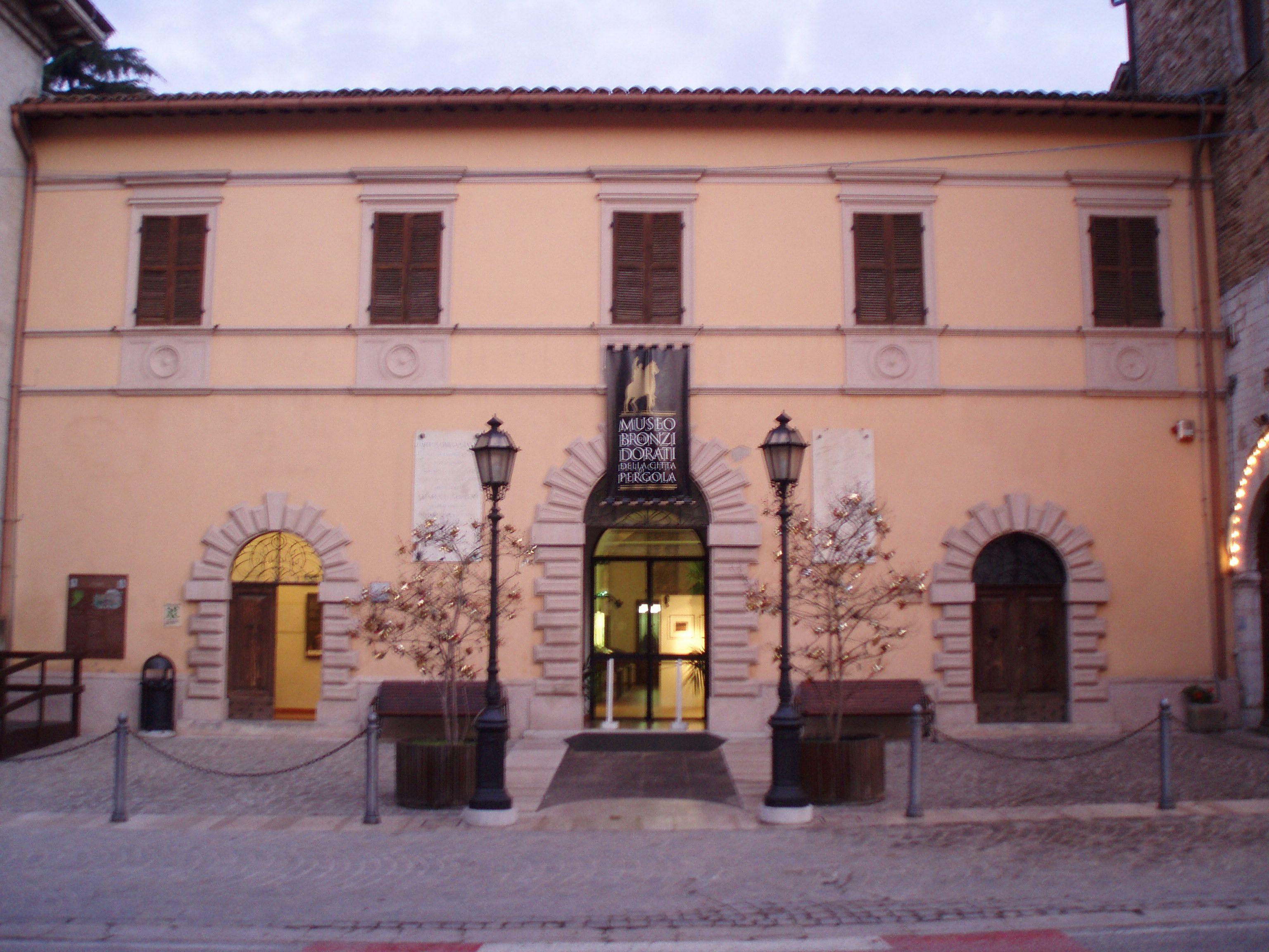 Museo dei bronzi dorati.Pergola nasce come libero comune nel 1234 per creare posti di lavoro e commercio alle popolazioni dei vicini castelli e di Gubbio, la città che aveva giurisdizione sul territorio, estremo lembo del confine nord orientale dell'Umbria e che lo aveva assorbito dall'antica Luceoli. Ecclesiasticamente invece, il fiume Cesano,fin da epoca longobarda, divideva la diocesi di Nocera posta nell'estremo nord del Ducato di Spoleto, da quella di Gubbio che era nell'esarcato di…