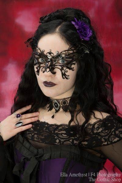 8745aae0b7685 Le Blog Gothic Shop  Ella Amethyst - F4 Photographie - Leda   Wing Masques