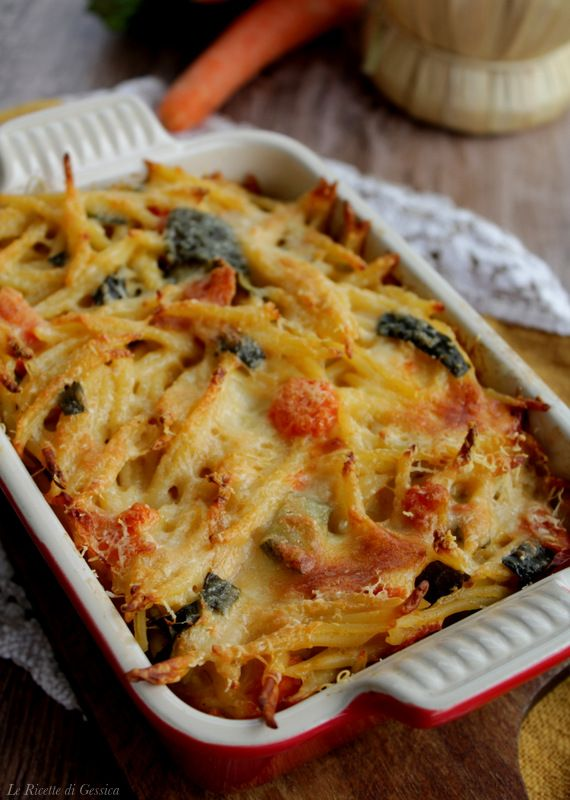 Ricetta della pasta al forno con verdure e formaggio filante, senza besciamella  e pomodoro. Pasta al forno gratinata in bianco. Primo piatto vegetariano