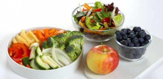 FRUKT OG GRØNT: Britt Kåsin fra Opplysningskontoret for frukt og grønt mener det er viktig å variere på hvilke produkter du bruker i salaten, og du bør ikke være redd for å prøve noe nytt. Både frukt og bær kan være friske kontraster.
