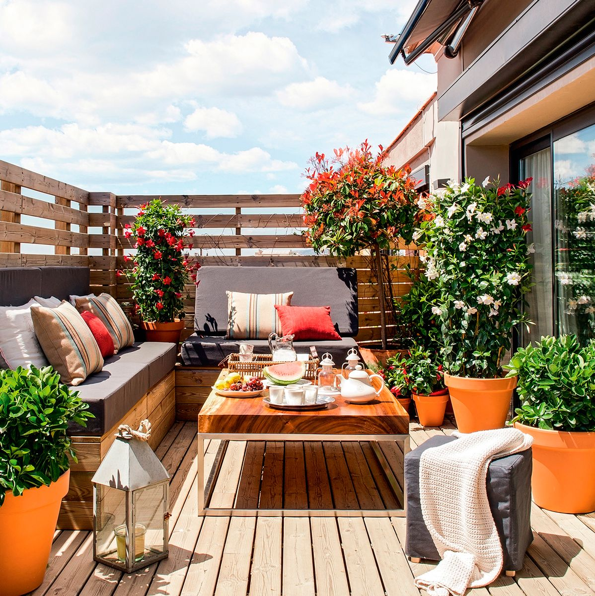 Terraza peque a en madera con bancos con base de madera y for Mobiliario para terrazas pequenas