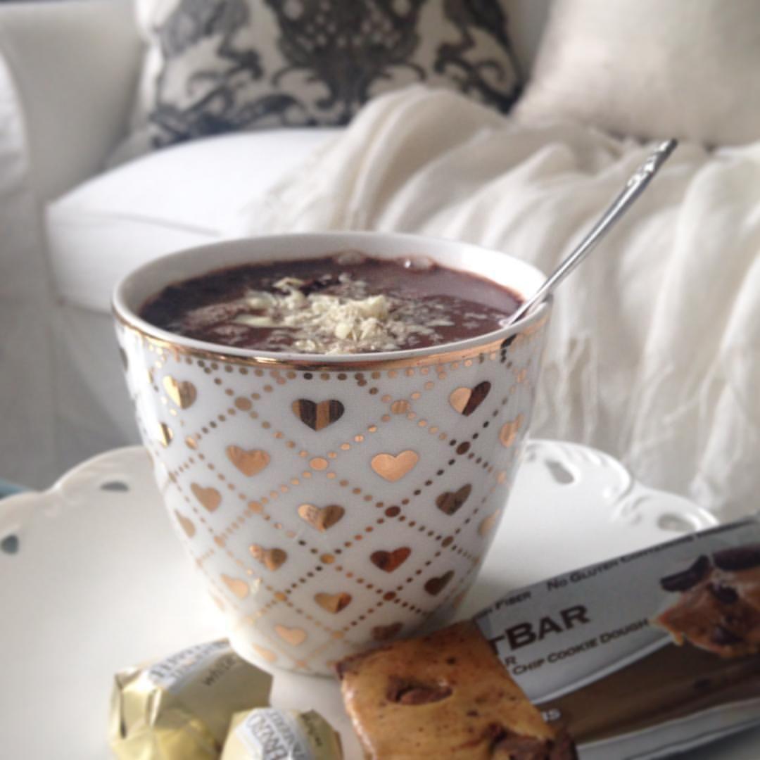 Når formen er elendig smaker det ekstra godt med en lettkakao i den fine lattekoppen fra greengate ... og en questbarHugs and kisses ✨ #lovegreengate #questbaraddict #questbarnorge #lattecup #sunday #myhome #pillow #kakao #cocoa #decor #greengate #cosy #healty #eatclean #chocolate #yummy #newin #cute #sweet #brynem