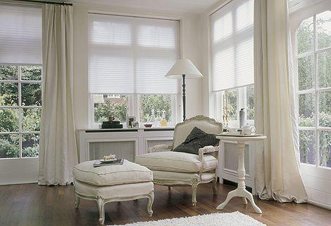 schlichte cremefarbene vorh nge verleihen dem raum eleganz die gro z gig bemessene l nge und. Black Bedroom Furniture Sets. Home Design Ideas