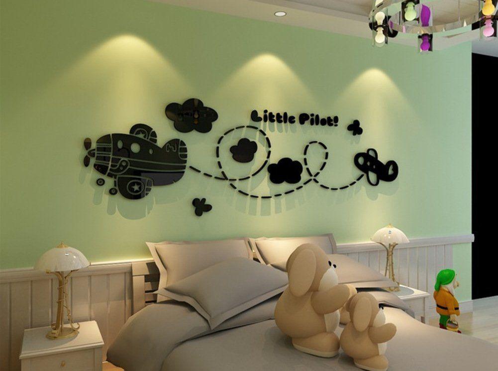 Süße Wandgestaltung für das Babyzimmer. Flugzeug, Wolken