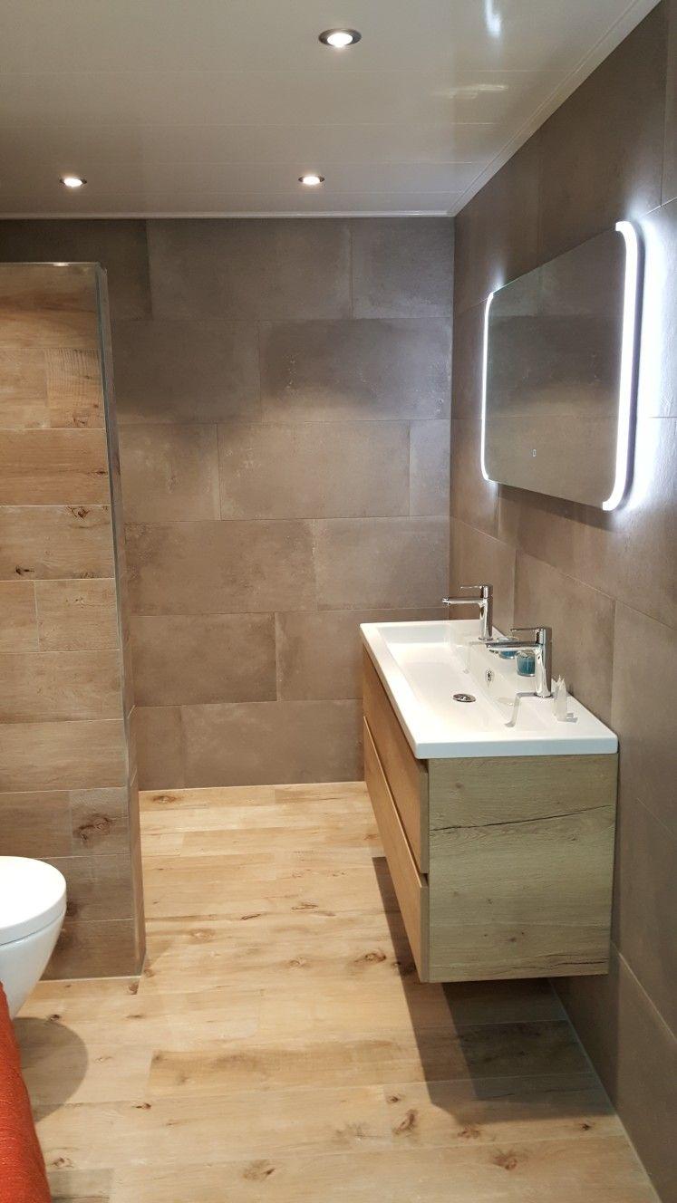 Badkamer van Sani4All. Betonlook wandtegels en houtlook vloer ...