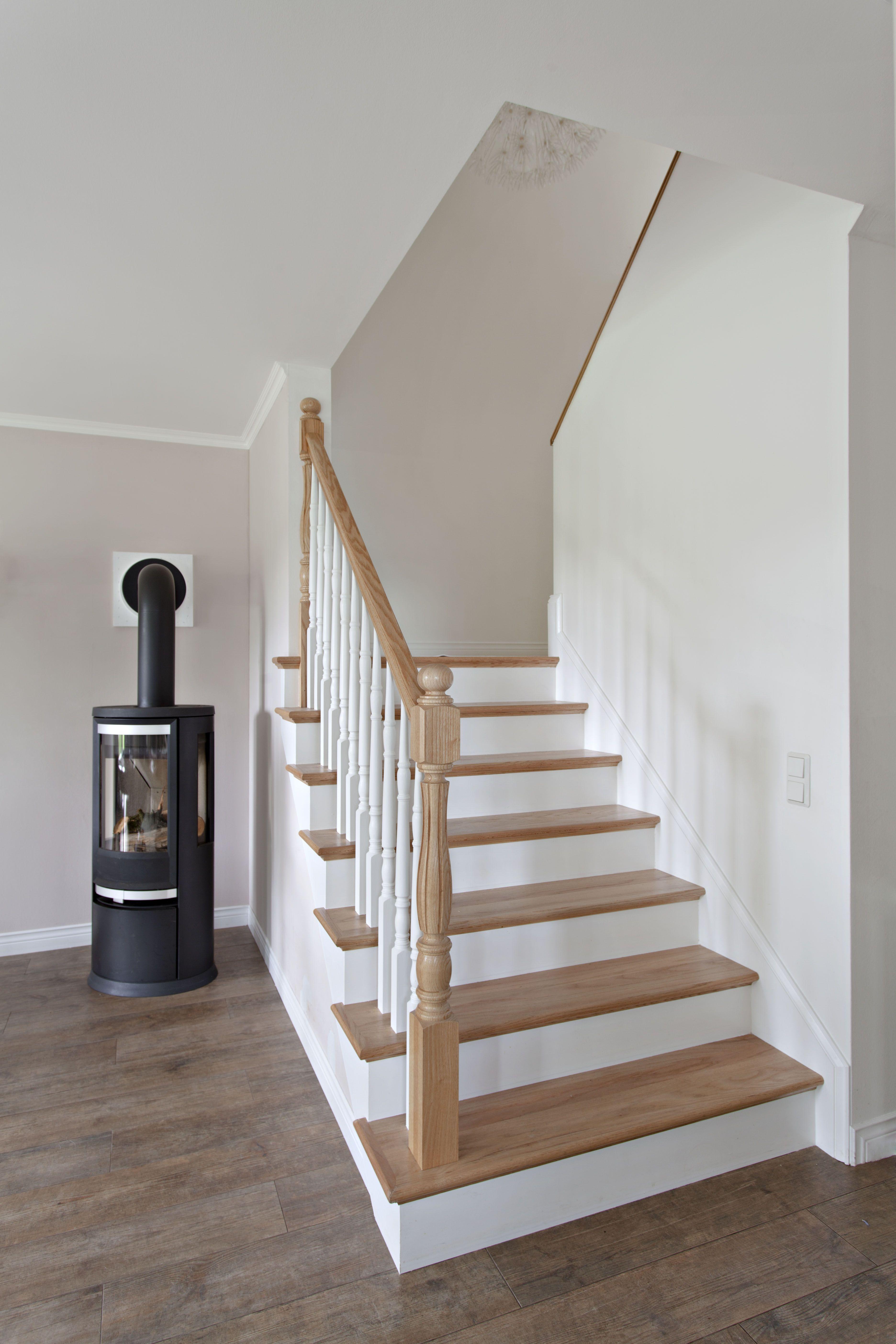 Diese Treppe Hat Gedrechselte, Teilweise Offene Geländerstäbe Und Als  Abschluss Ein Gedrechselter Pfosten In Eiche