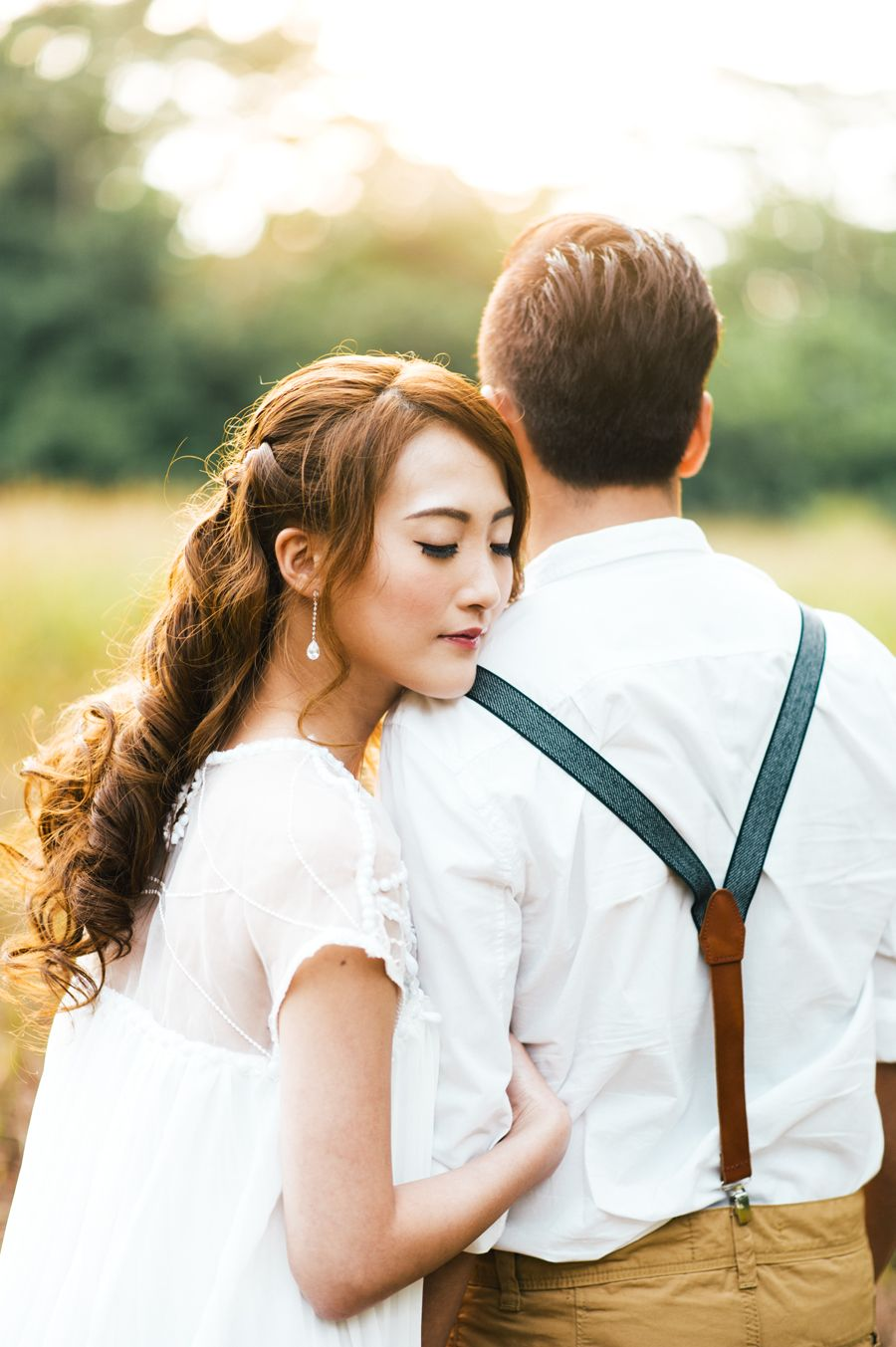 17 Couple Poses You Should Try For A Natural Prewedding Photoshoot Couples Photoshoot Couple Posing Couple Photoshoot Poses