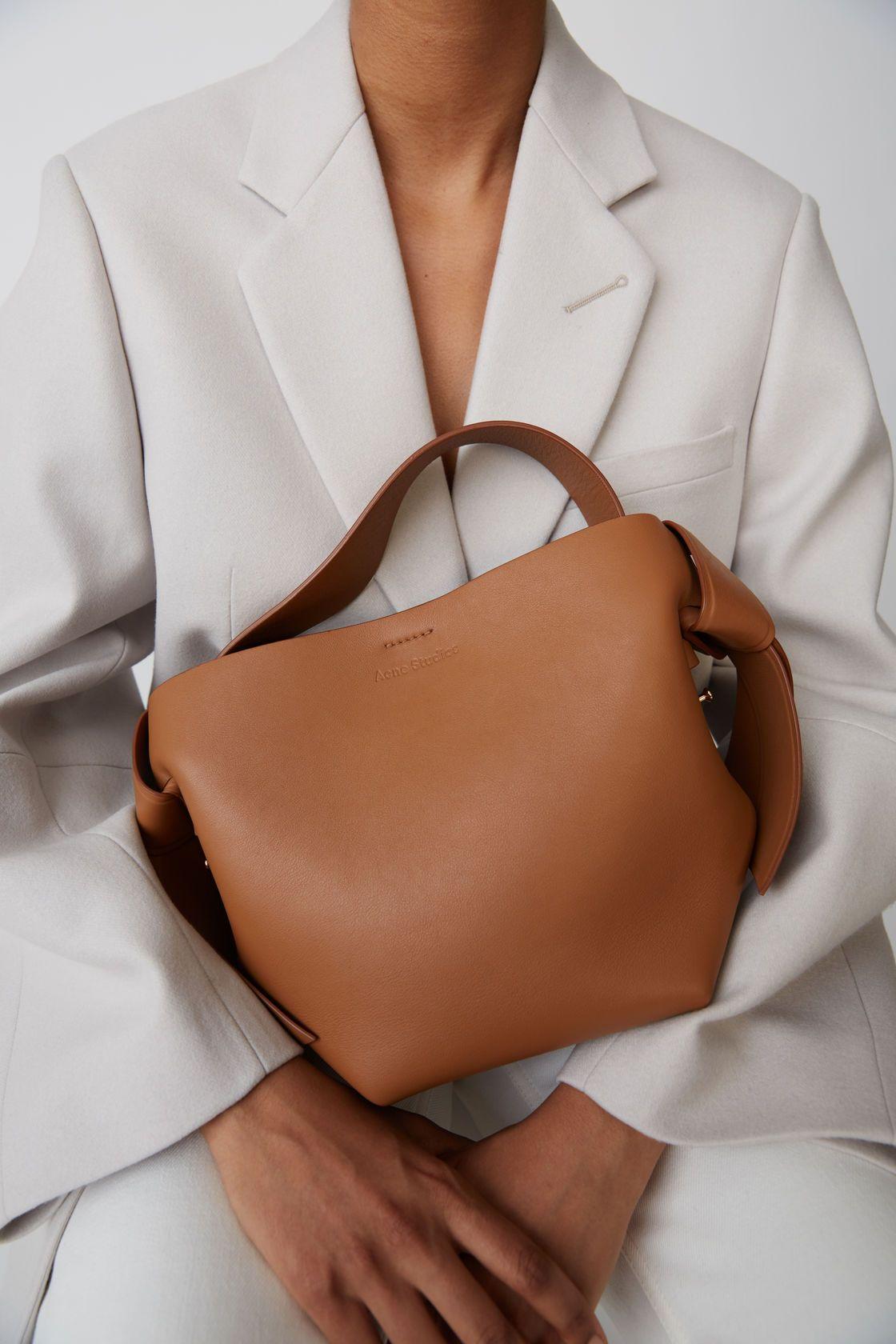Leather goods Musubi Mini Brown 1500x 002   Väskor, Vårstil