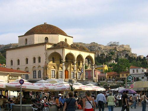 Athènes 24 heures :: La Grèce Autrement La place de Monastiraki. Le marché aux puces se tient le dimanche à Monastiraki