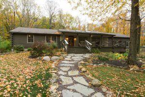 Uma casa de madeira faz para o lar definitivo da reforma acolhedor