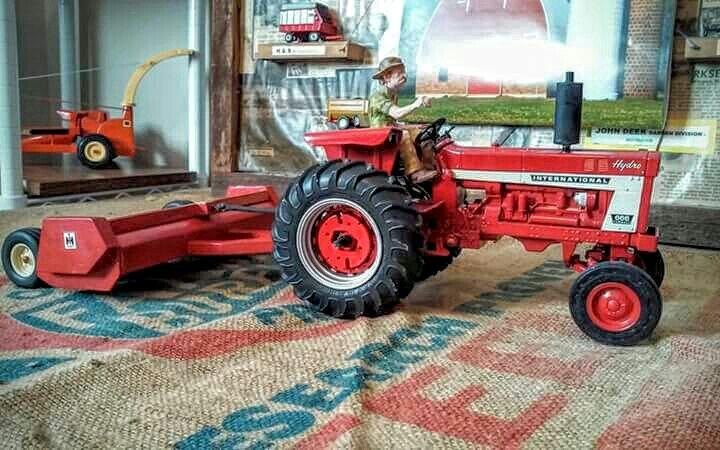 1/16 IH 666 Hydro with an IH Stalk Shredder | Farm toys