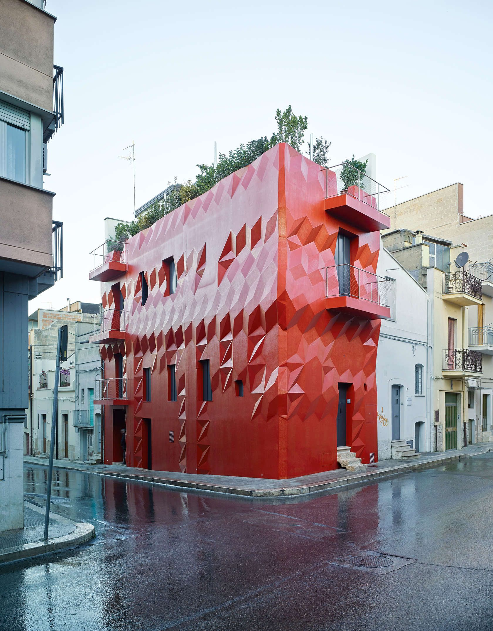 A Faceted Facade A Residential Refurbishment In Italy By Gg Loop Livin Spaces Facade Architecture Facade Architecture