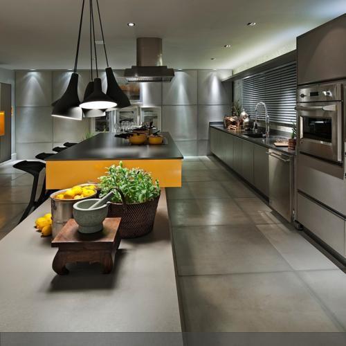 graue rechtecke durchziehen die küche an boden und wand
