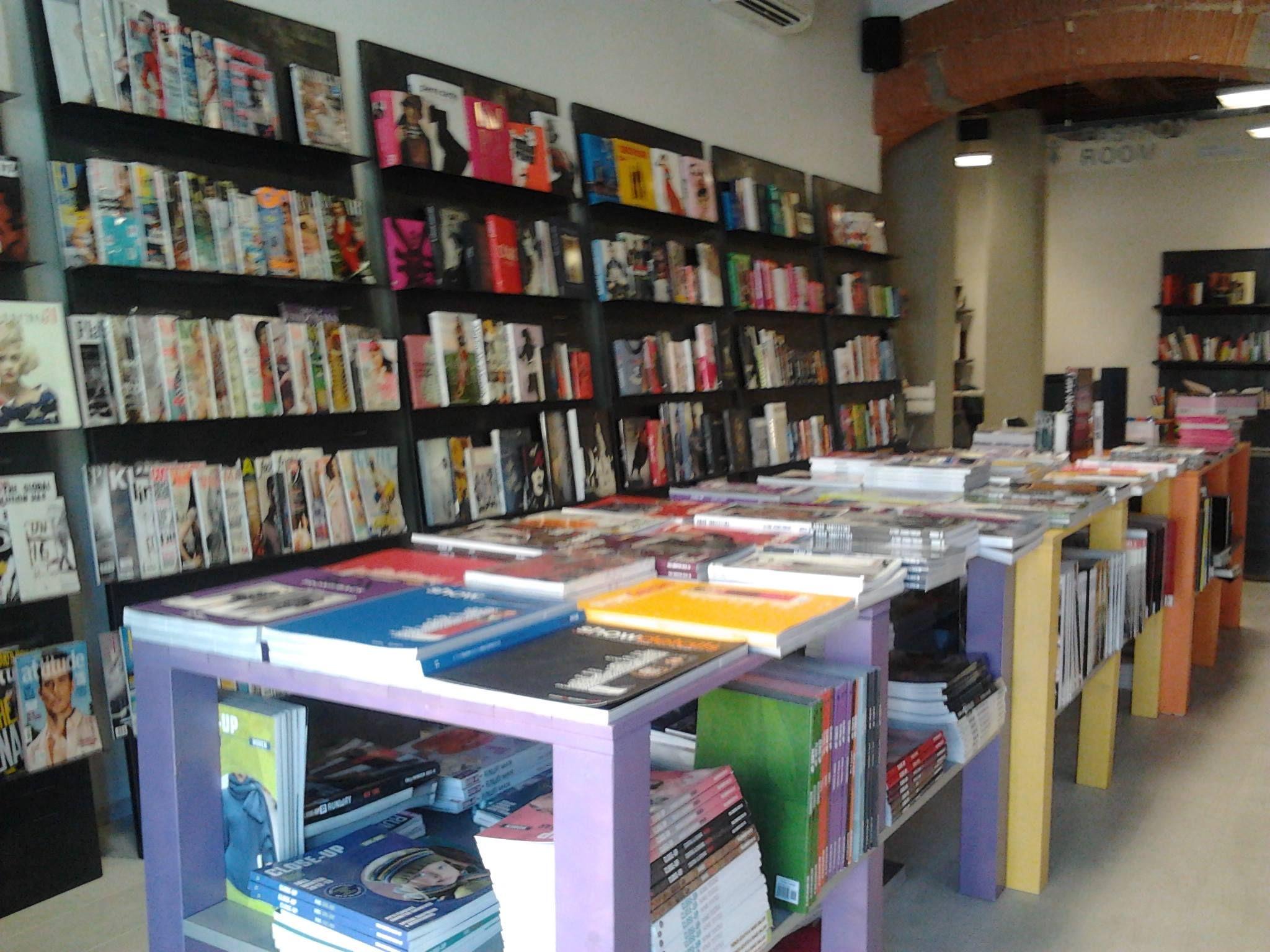 International magazine, fashion books e tutto il materiale per supportare la ricerca e lo sviluppo delle collezioni. Siamo presenti nelle principali fiere di settore (Pitti ecc..)