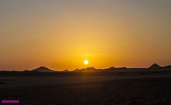 Nascer do sol chegando em Abu Simbel  Contamos nossa experiência de 3 dias em Assuã (Aswan), no Egito. Nesse tempo visitamos a Nubian Village e também os templos gigantes de Abu Simbel, esculpido na pedra. Acesse o blog para o post completo!