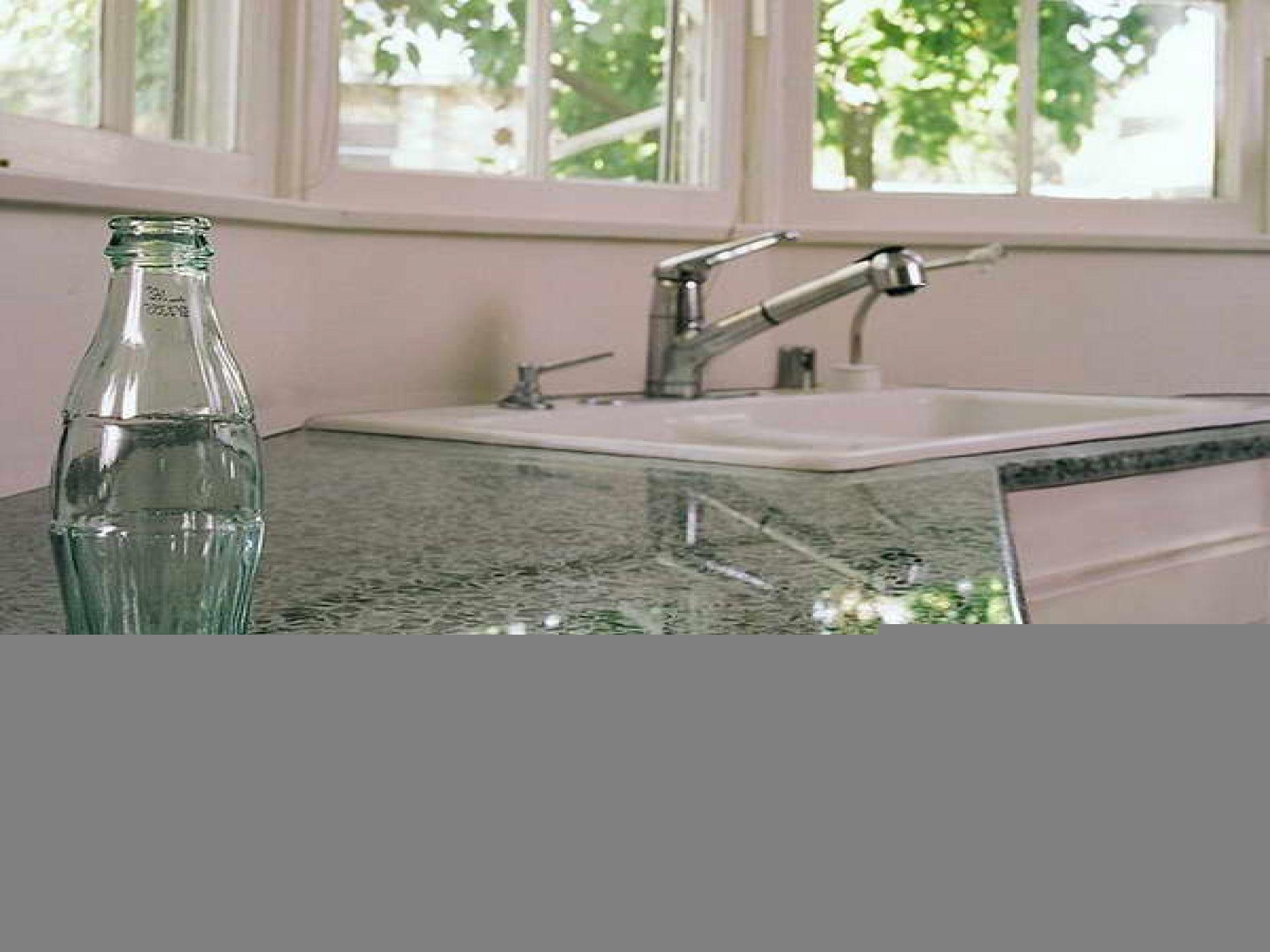 Inspiration Möbel Süße Weiße Porzellan Farhouse Waschbecken Auf Grün Glanz  Recycling Glas Arbeitsplatten In Kleinen Raum