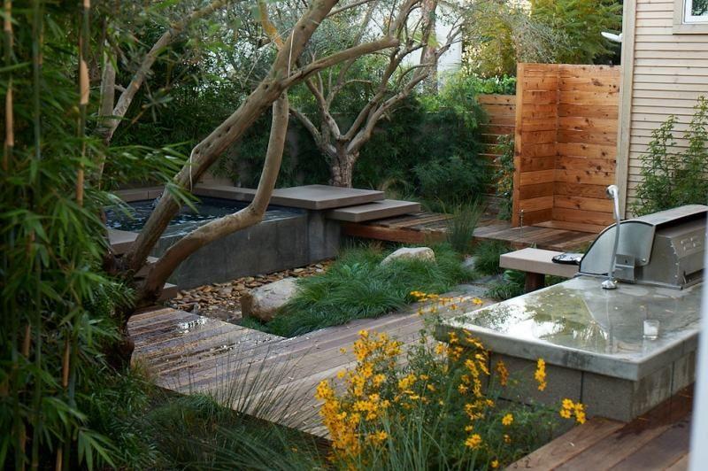 Whirpool mit Beton-Verkleidung im Garten - Weg aus Holzplatten - amenagement jardin avec spa